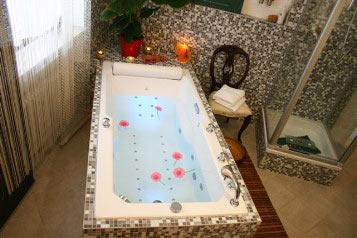 Grosszügiges Vital-Whirlbad und Dusche für Körperbehandlung